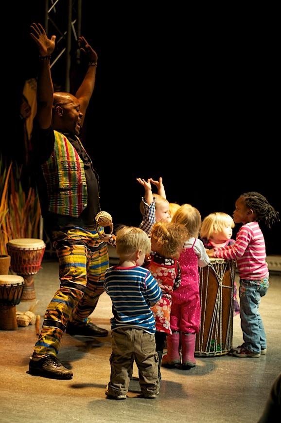 MiniAfrika nov 2011, Raymond stående med barn